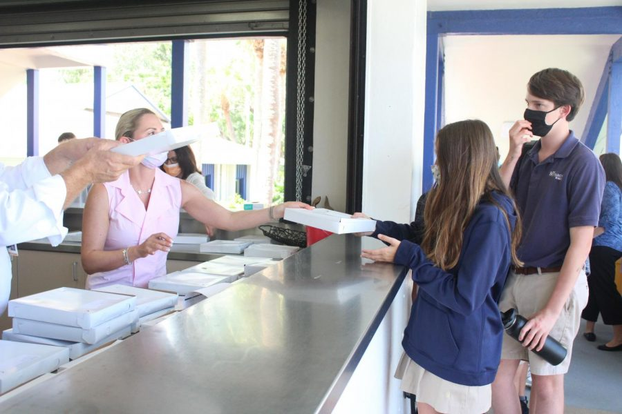 Students receive pizza from Big Apple at the Buc Café during the first vendor lunch of the year on Wednesday, September 8.